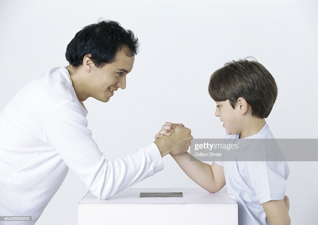 Father and son armwrestling : Stockfoto