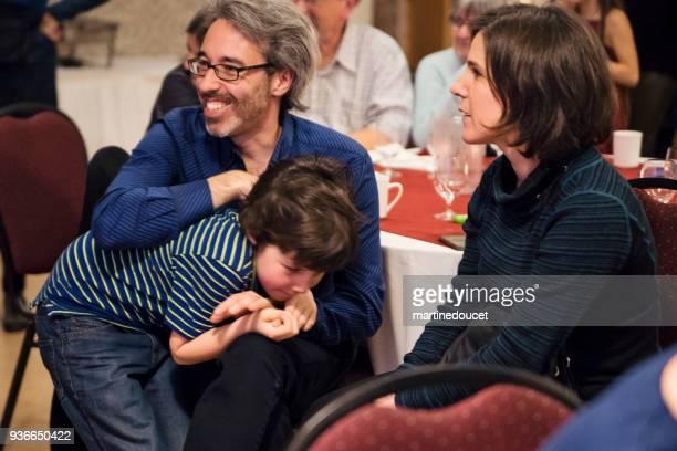 Vater und Sohn an einem Tisch im großen Familienfeier Abendessen.
