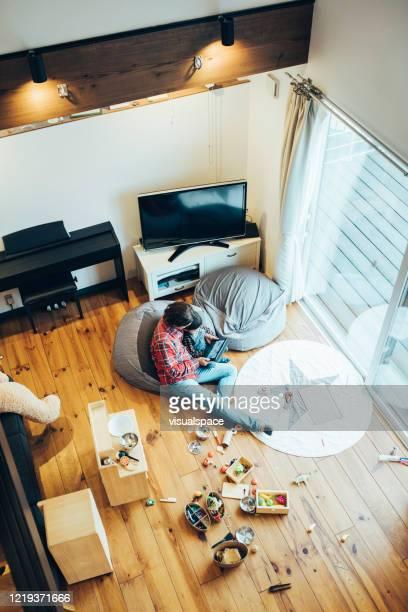 家庭でデジタルタブレットを使った父と息子 - minimalist living in japan ストックフォトと画像