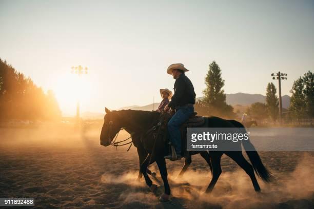 pai e filho na arena do rodeio - estadio de los cowboys - fotografias e filmes do acervo