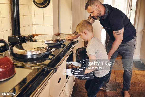 Père et fils, cuisson des aliments dans le four