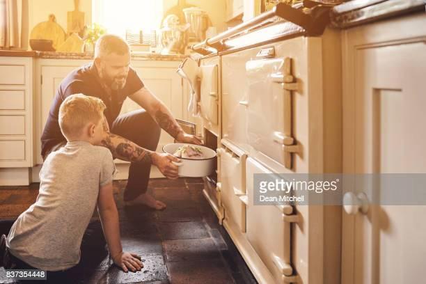 Père et fils dans la cuisine Faire cuire au four