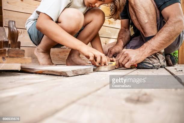 Vater und Sohn gemeinsam ein Baumhaus bauen
