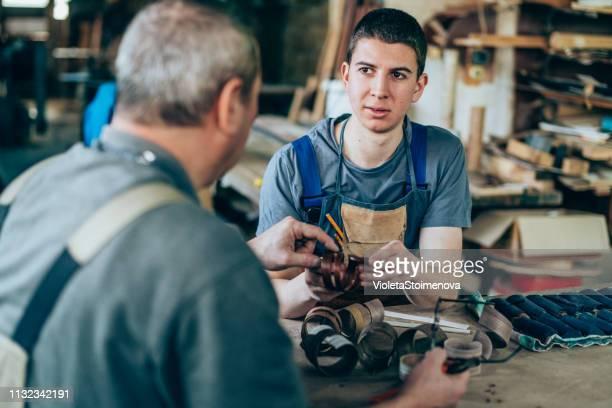 vader en zoon timmerlieden - handwerkprodukten stockfoto's en -beelden
