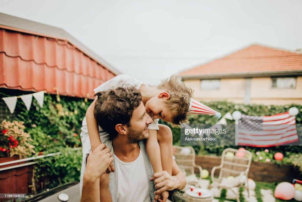 7月4日を祝う父と息子 : ストックフォト