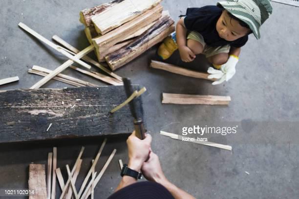 父と息子のキャンプで薪割り - 薪 ストックフォトと画像