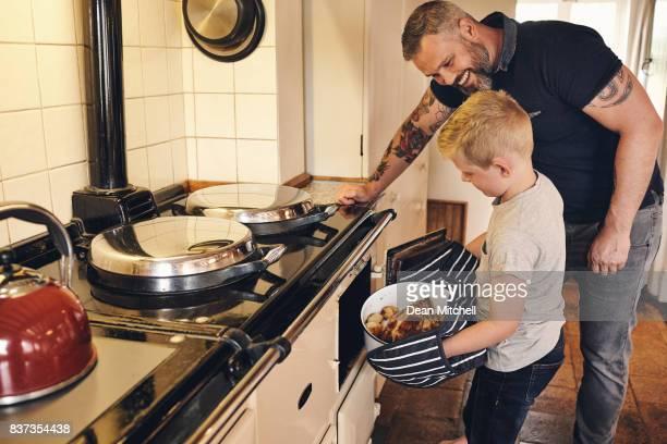 Père et fils, cuisson des aliments dans la cuisine