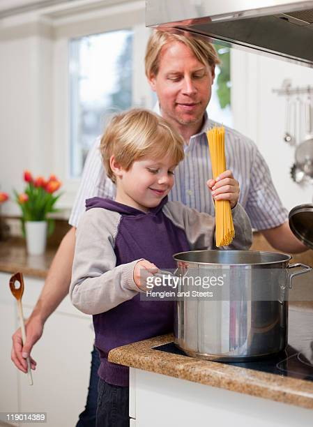 Père et fils de cuisson ensemble