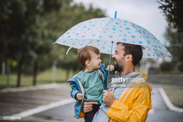 giorno del padre e del figlio - ombrello foto e immagini stock