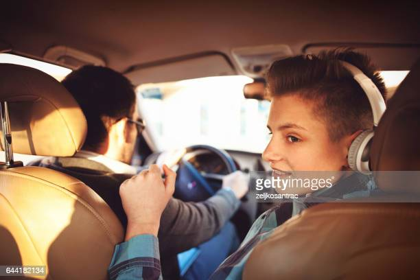 padre e hijo en auto - family inside car fotografías e imágenes de stock