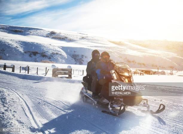 pai e filho, dirigindo a moto de neve - snowmobiling - fotografias e filmes do acervo