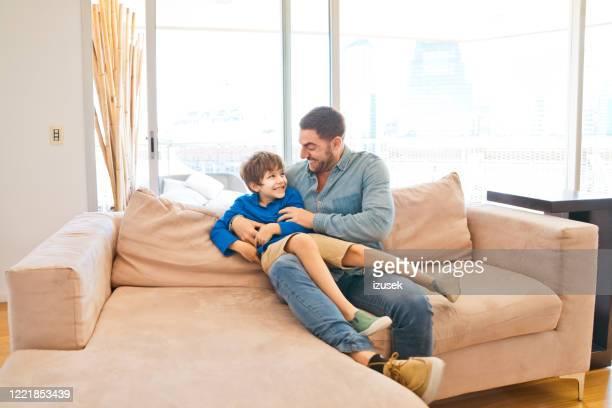 father and son enjoying time together during lockdown - izusek imagens e fotografias de stock