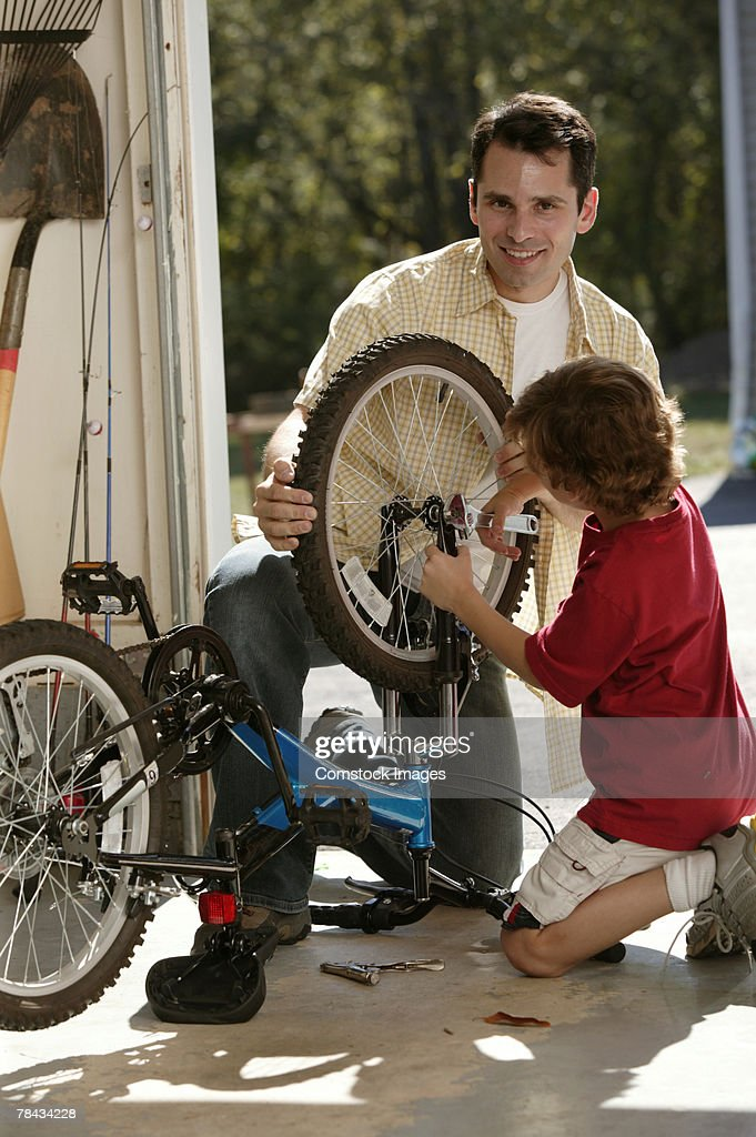 Father and son fixing bicycle : Stockfoto