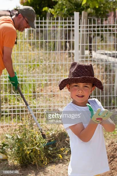 Père et fils de jardinage: Enfant portant des gants