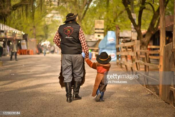 vader en zoon gaucho's - pôrto alegre stockfoto's en -beelden
