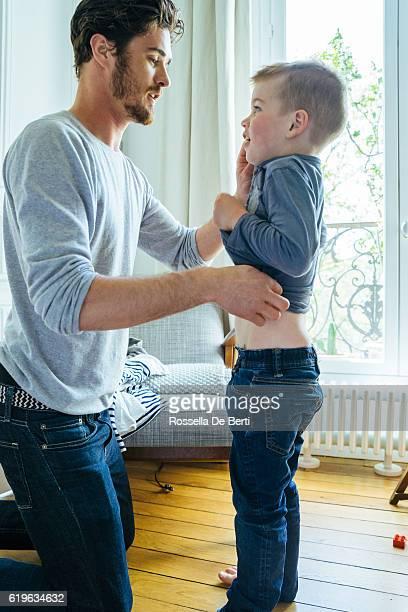Père et Fils fils se préparer le matin