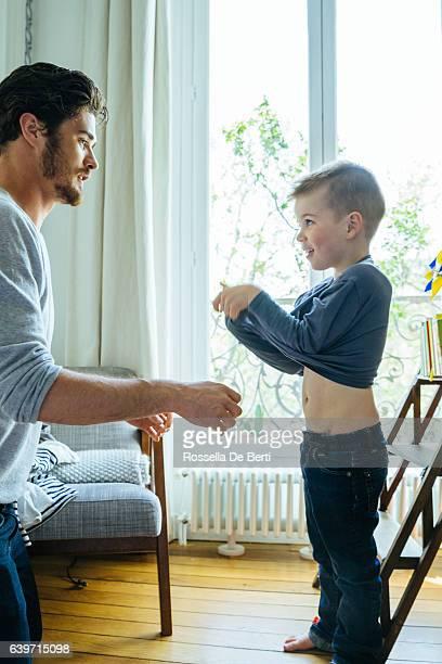 父と息子の準備朝の