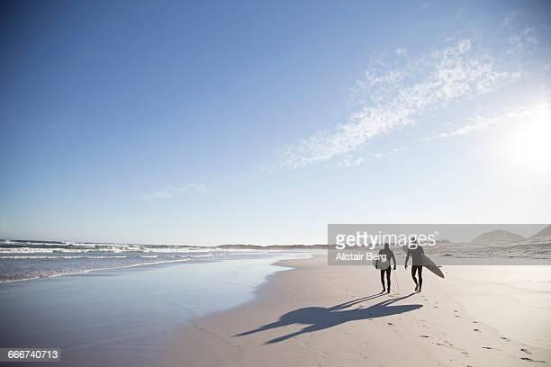 father and son going surfing together - kapstadt stock-fotos und bilder