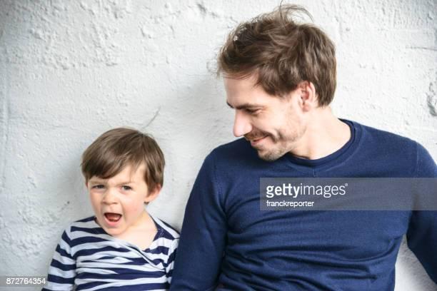 père et fils sont amuser ensemble