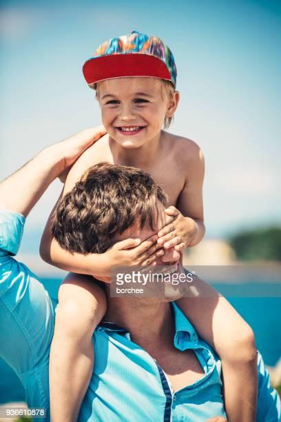 Vater und Sohn Spaß am Meer