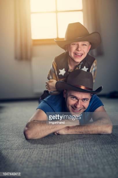 padre e figlio si divertono a giocare a cowboy - cowboy foto e immagini stock