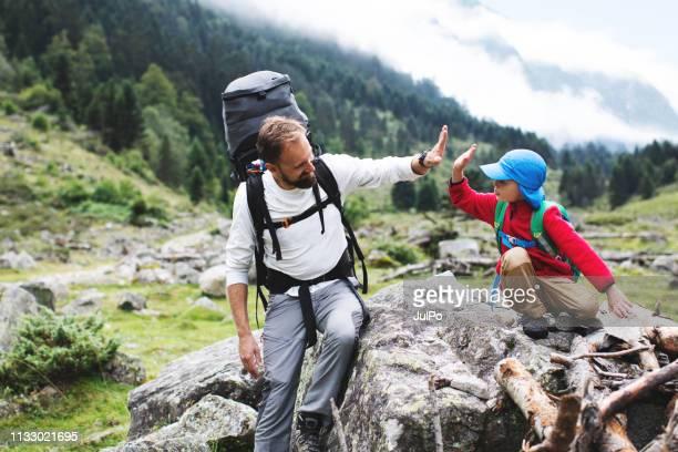vader en zoon wandelen samen in de bergen - pyreneeën stockfoto's en -beelden