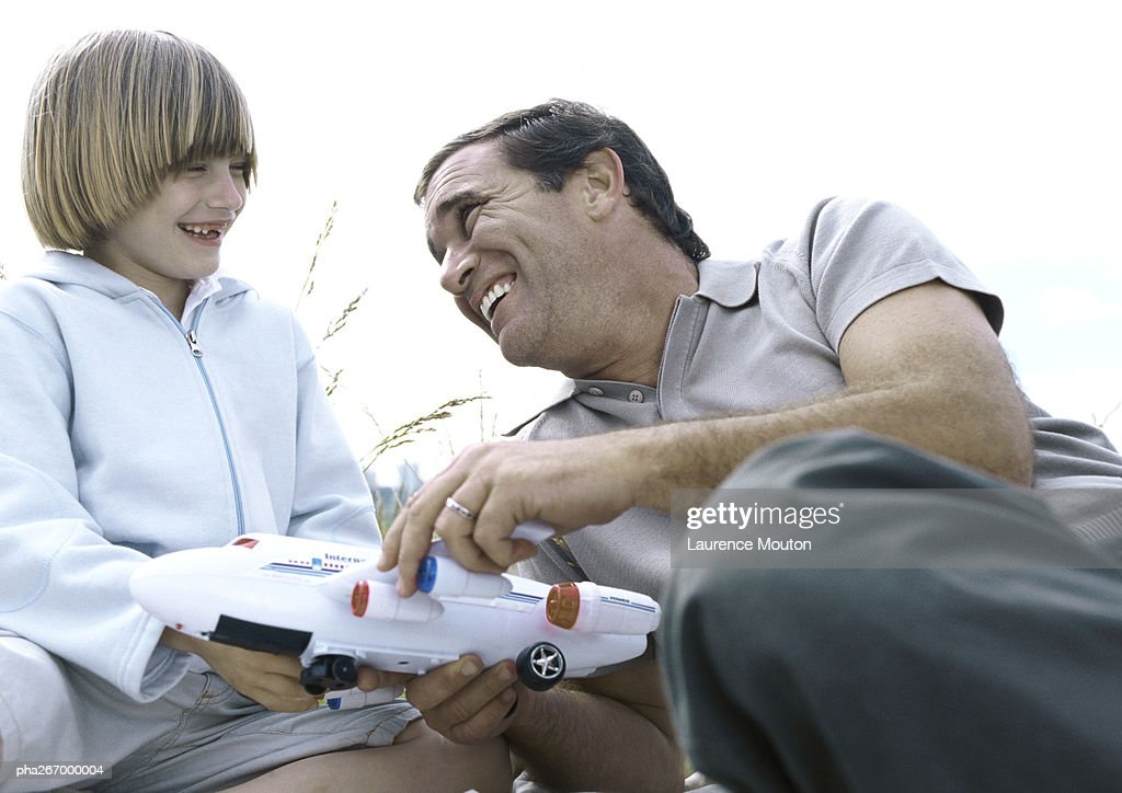 Father and son holding toy plane : Stockfoto