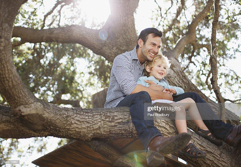 Padre e figlio di abbracciare nella struttura : Foto stock