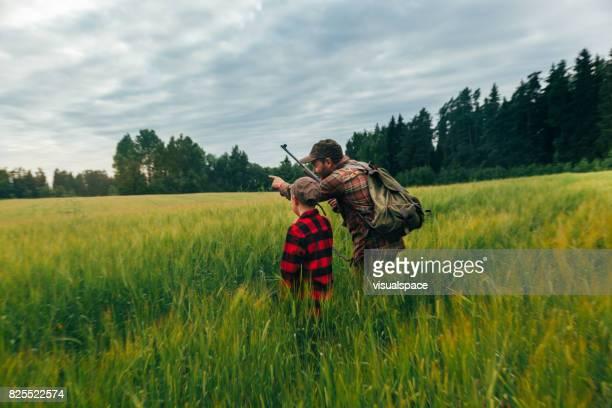 イノシシの父と息子の狩猟