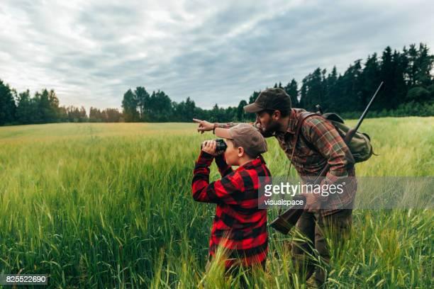 Vader en zoon jacht voor zwijn