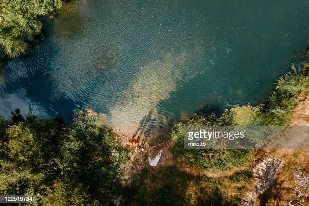 père et fils dans la pêche sur la rivière - s'évader du réel photos et images de collection