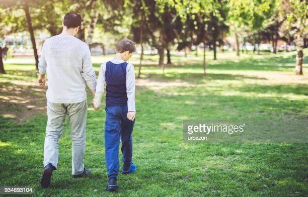 padre e hijo en park - autismo fotografías e imágenes de stock