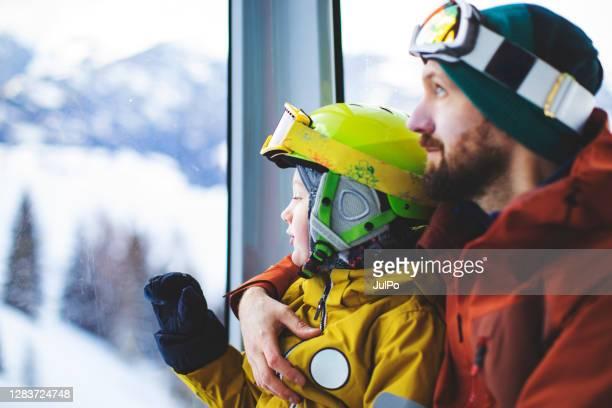père et fils dans le téléski - sport d'hiver photos et images de collection