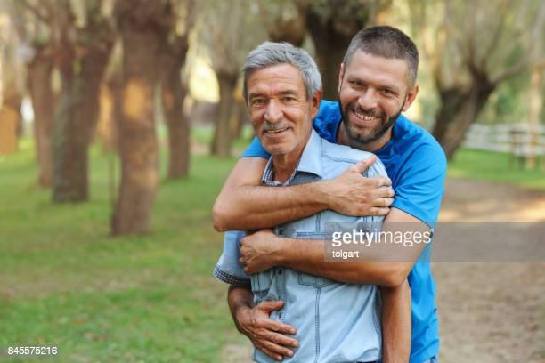 vader en zoon in het park - finsbury park stockfoto's en -beelden