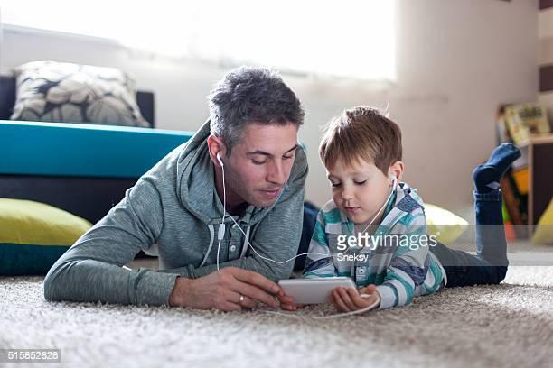 Vater und Sohn hört Musik.