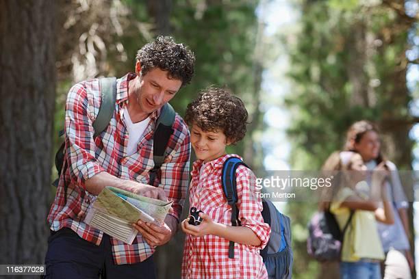 padre e hijo mirando el mapa en madera - 10 11 años fotografías e imágenes de stock
