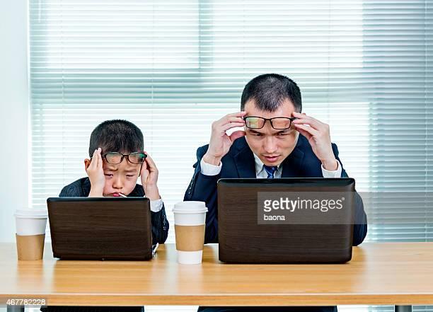 父と息子のノートパソコンを使用し