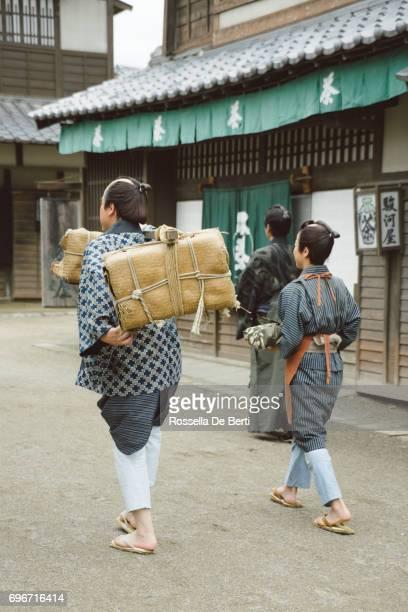 京都の古い町並みを歩く父と息子の商人 - edo period ストックフォトと画像