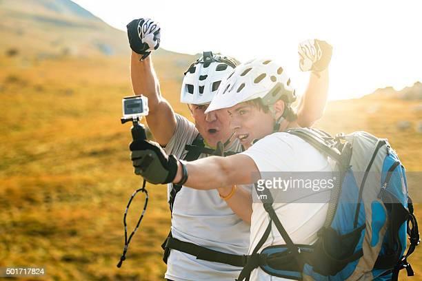 Père et son fils VTT prenant un selfie