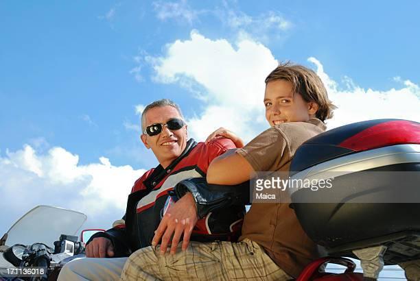 Padre e figlio su una motocicletta