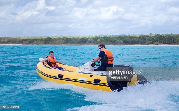 Padre e figlio su una barca gonfiabile