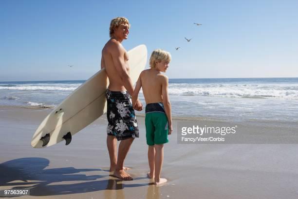 father and son on beach - 12 13 jahre fotos boys stock-fotos und bilder