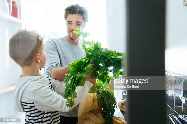 """Père et fils d """" épicerie dans la cuisine"""