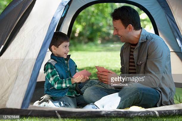 padre e figlio all'aperto campeggio - città di west new york new jersey foto e immagini stock