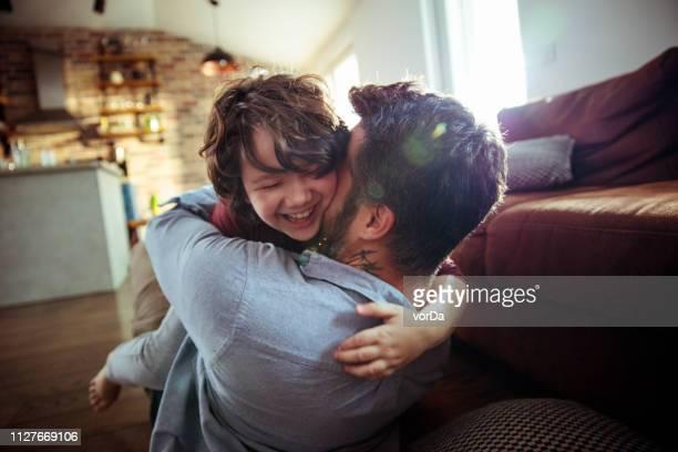 pai e filho - embracing - fotografias e filmes do acervo