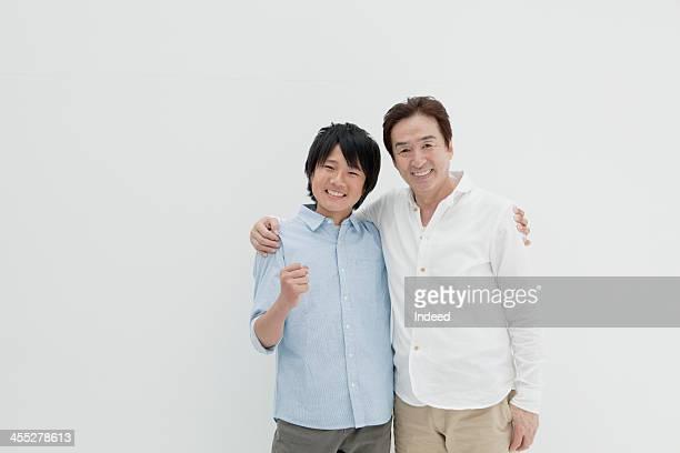 father and son - braccio attorno alle spalle foto e immagini stock
