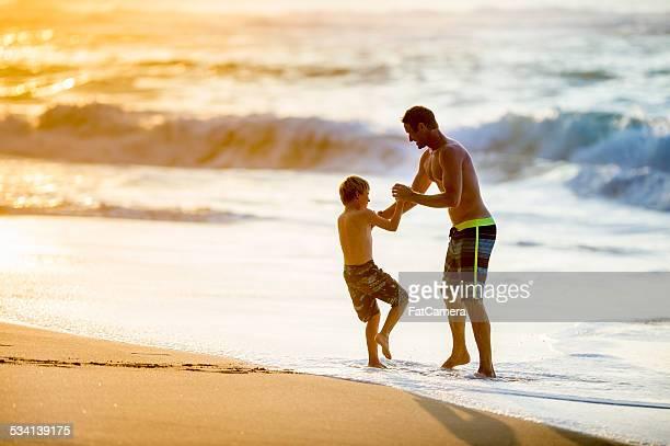 Padre e hijo jugando en la playa