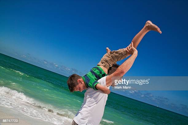 father and son playing at the beach - captiva island - fotografias e filmes do acervo
