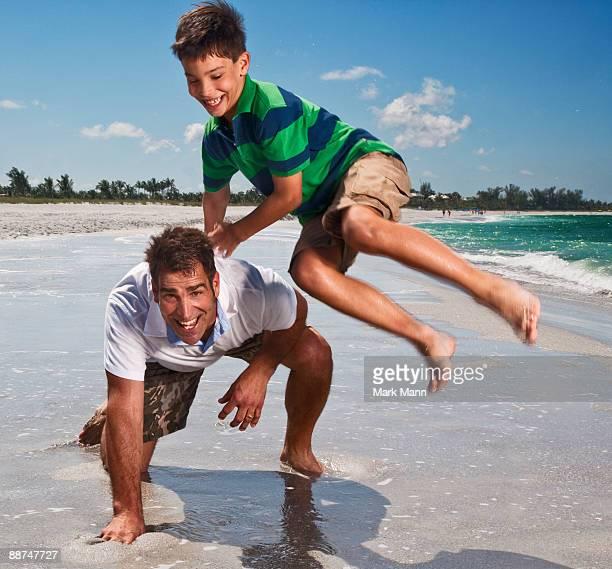 father and son playing at the beach. - captiva island - fotografias e filmes do acervo