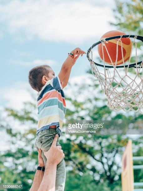 padre e hijo jugando al baloncesto - encestar fotografías e imágenes de stock